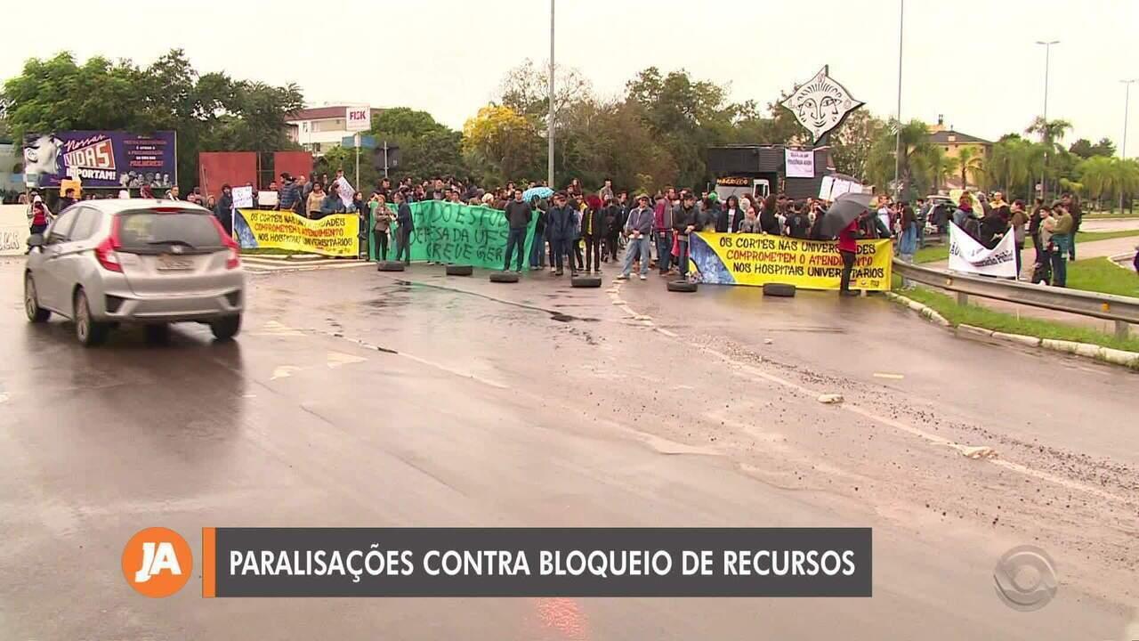 Alunos e professores fazem paralisação no RS contra bloqueio de verbas anunciado pelo governo