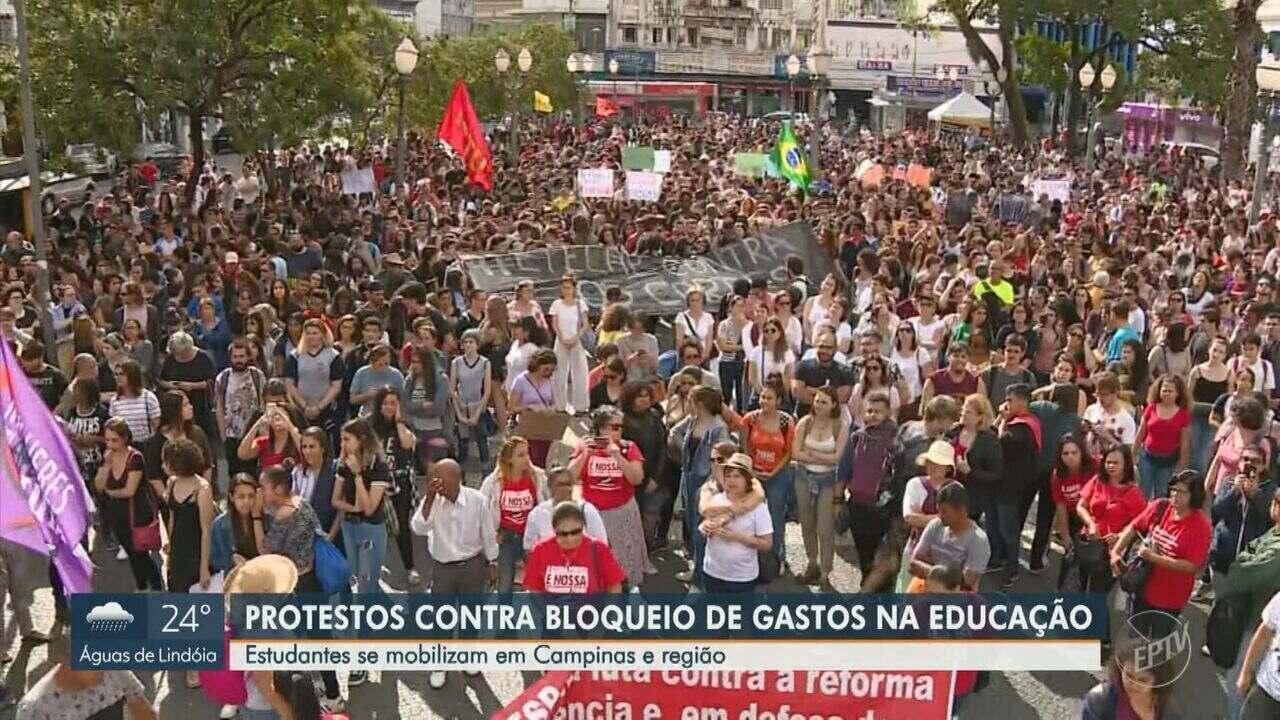 Estudantes protestam contra corte de recursos na Educação