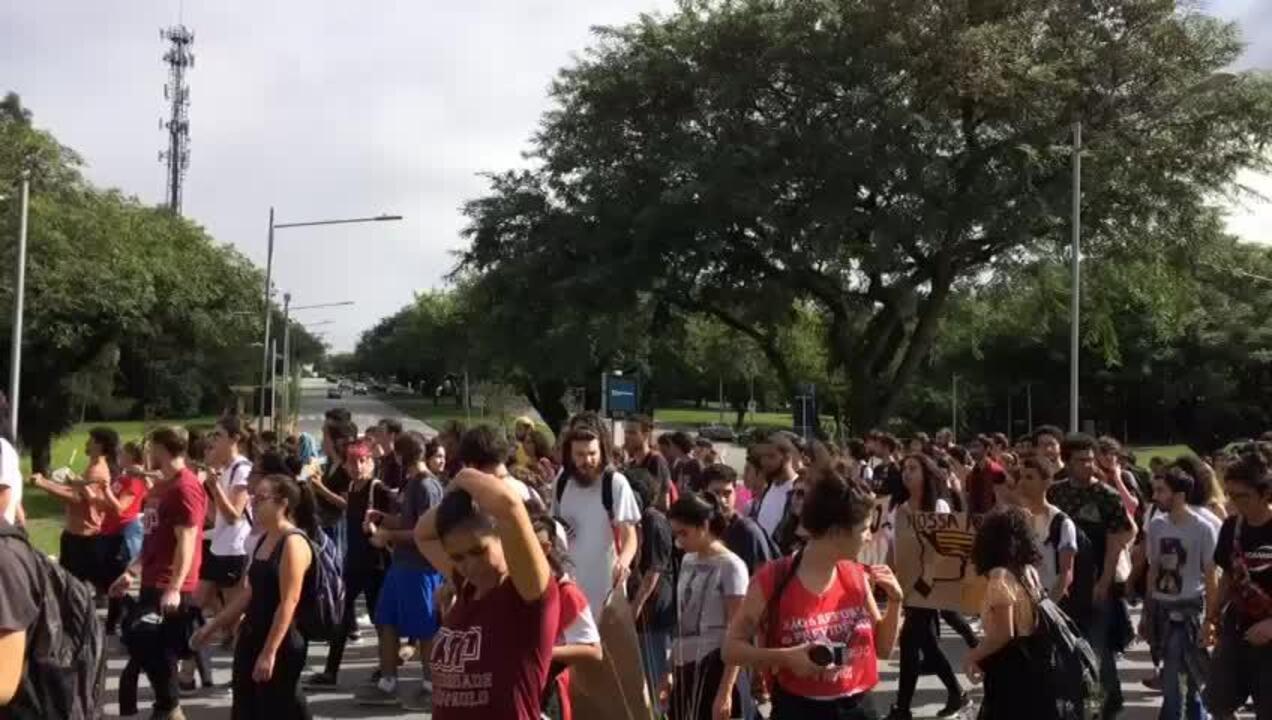 Alunos e funcionários da USP marcham em protesto contra cortes na educação