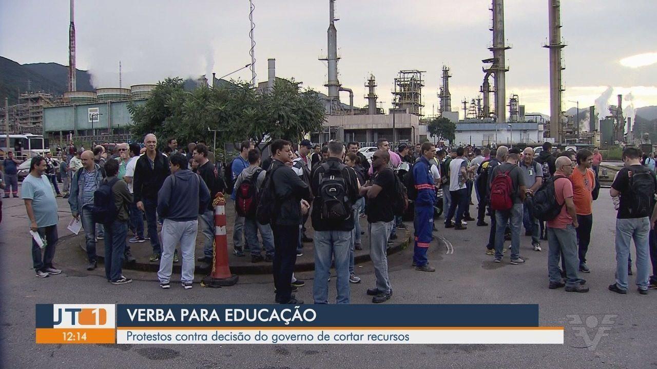 Servidores do Judiciário se manifestam contra bloqueio na educação em Santos
