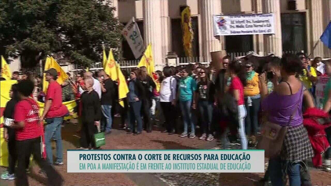 Estudantes protestam em frente ao Instituto de Educação nesta quarta-feira (15)