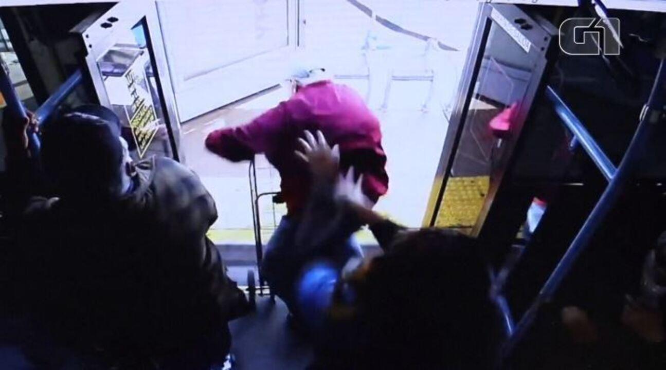 Idoso morre após ser empurrado de ônibus nos EUA