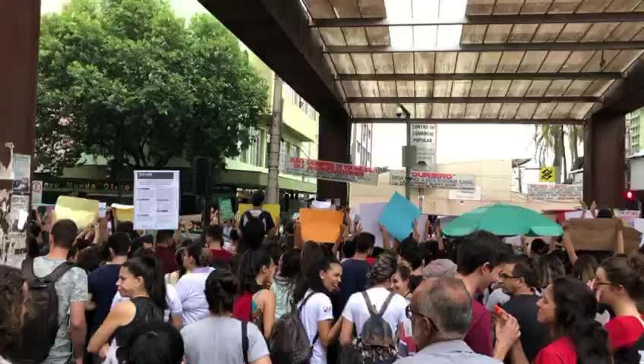 Manifestantes protestaram em Divinópolis contra o bloqueio de verbas