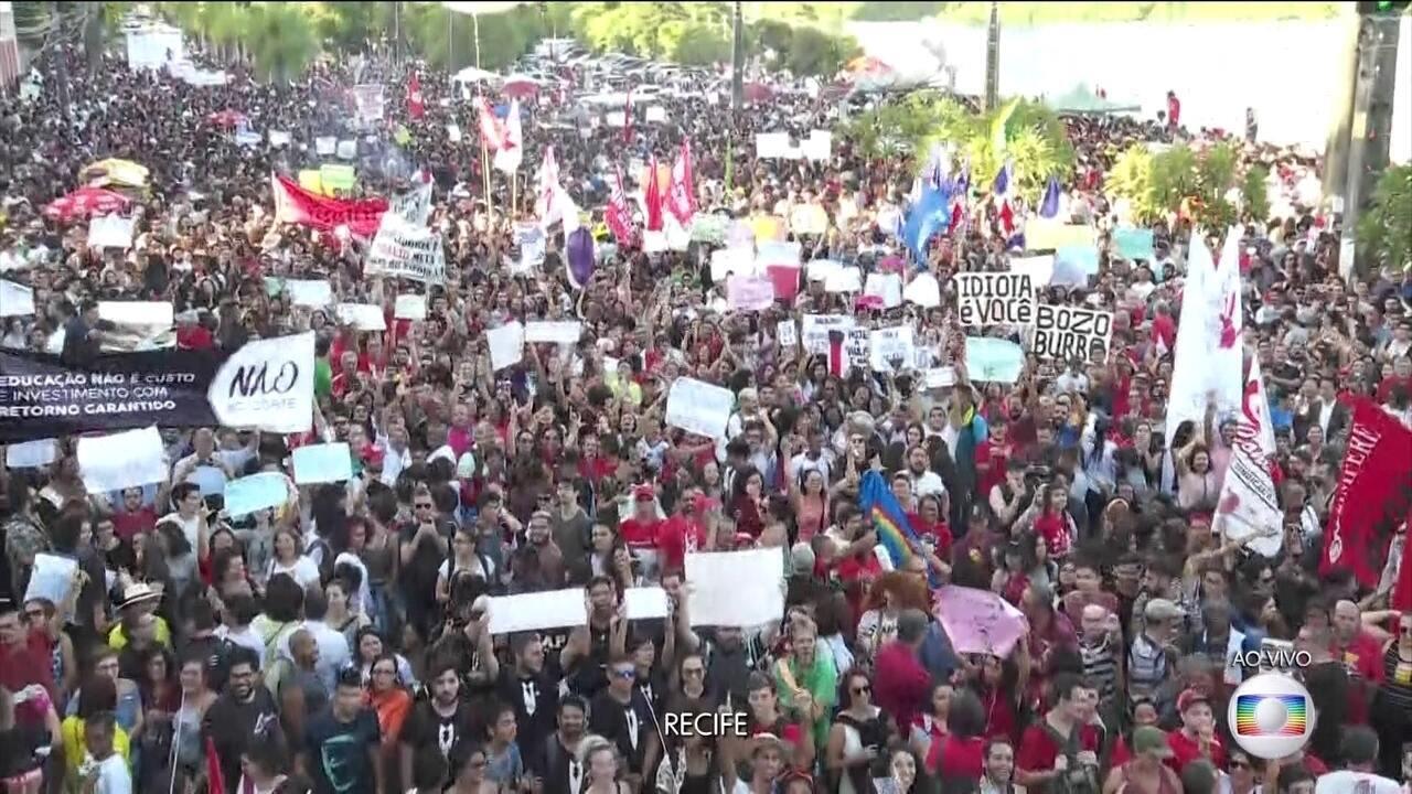 Manifestação contra bloqueio de verbas na educação é realizada no Centro do Recife