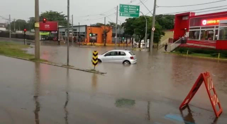 Motorista tenta atravessar o alagamento, mas fica ilhado - Lucas Franco/Globo