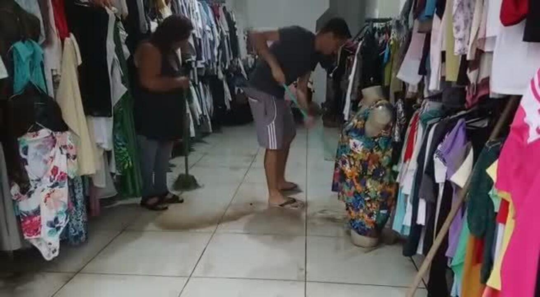Comerciante perde parte dos produtos após chuva forte em BH - Lucas Franco/Globo