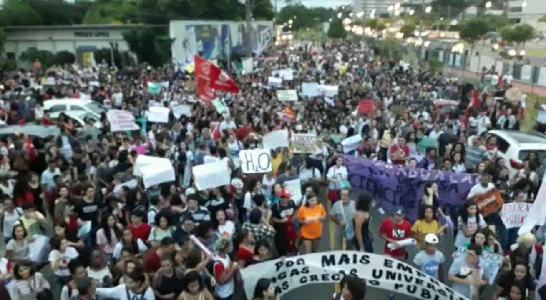 Manifestantes saindo do campus Goiabeiras da Universidade Federal do ES, em Vitória