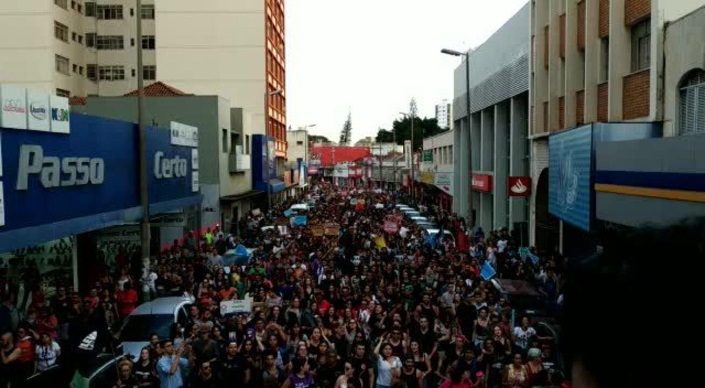 Manifestantes caminham pelas ruas de Uberlândia em protesto contra bloqueio na Educação