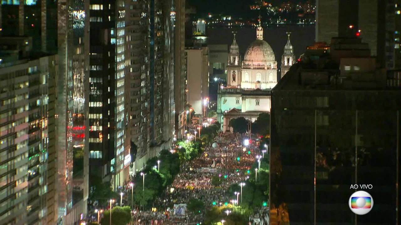 Manifestantes lotam Avenida Presidente Vargas em ato contra cortes na educação