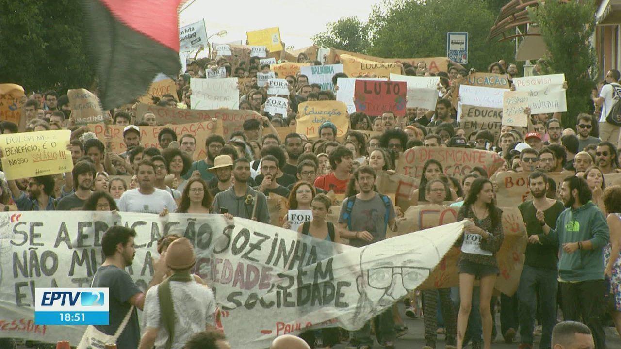 Estudantes e professores da região vão às ruas contra os cortes na educação