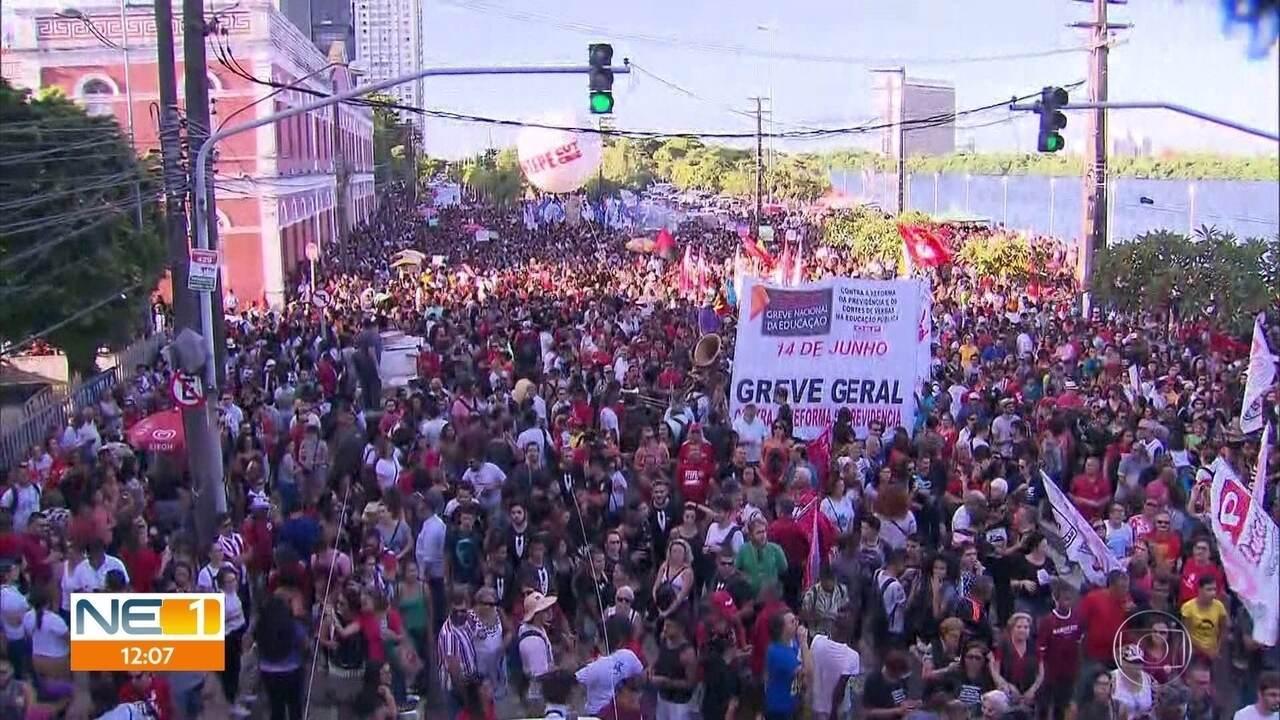 Milhares de pessoas protestam no Recife contra corte de verbas para universidades federais