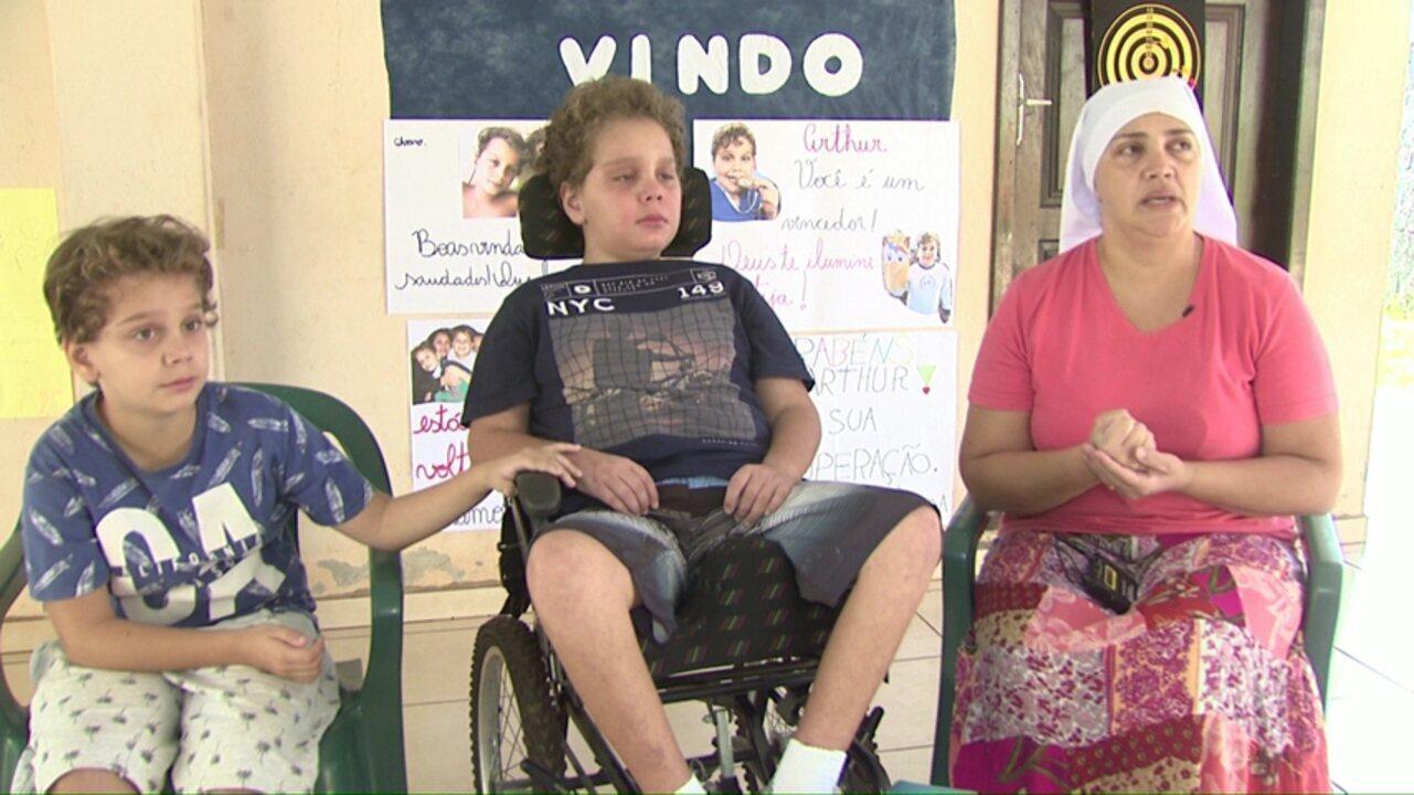 Menino que ficou 51 dias internado após demora em atendimento médico, volta para casa