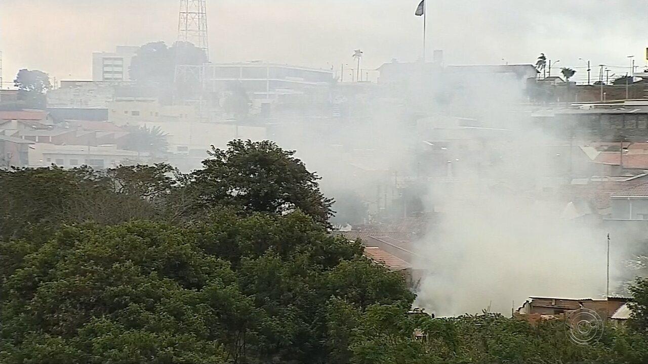 Incêndio destrói barracão que armazenava peças de madeira em Botucatu
