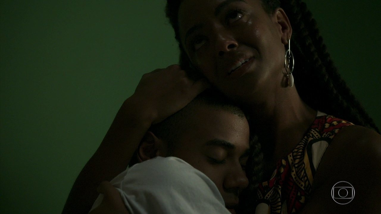 Marie canta para Martin, e o menino abraça a mãe