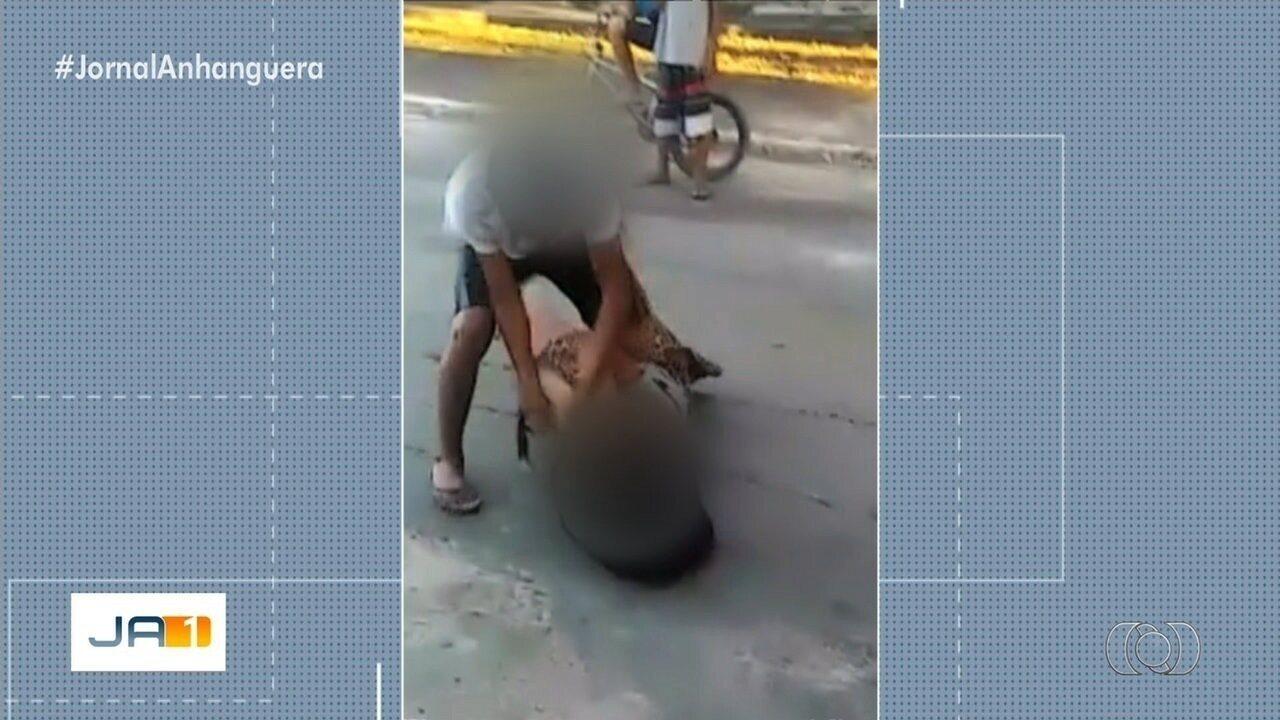 Vídeo mostra adolescente agredindo garota na porta de escola, em Aruanã