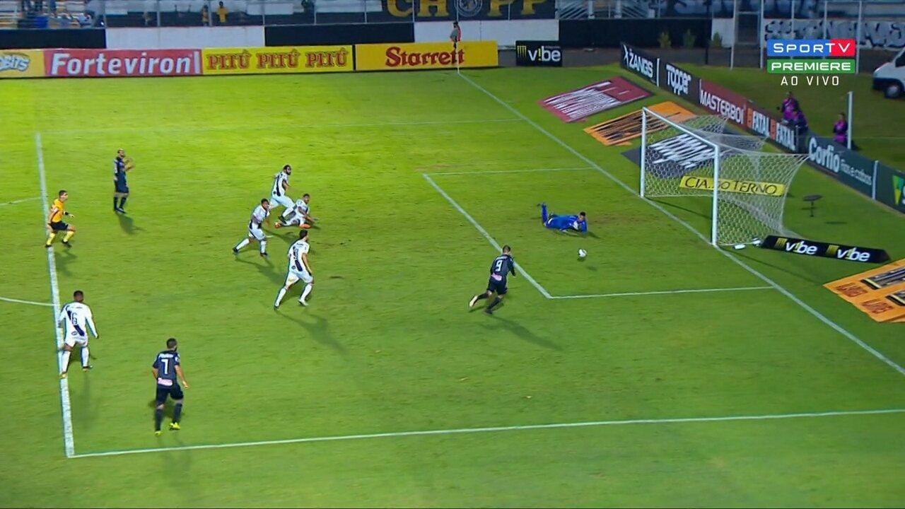 Bruno Batata acerta a trave após jogada de Marcelo, mas o impedimento é marcado
