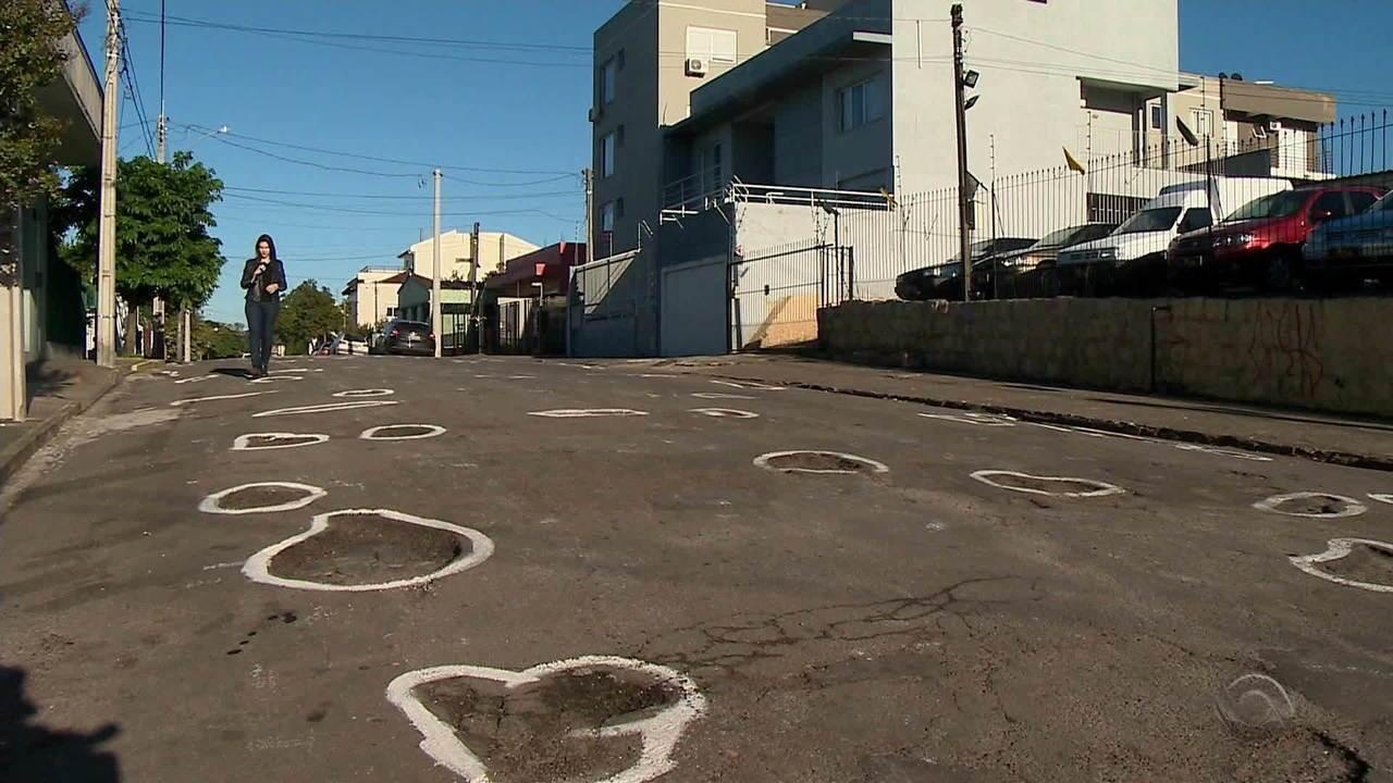 Moradores circulam com tinta buracos em trecho de rua de Santa Maria