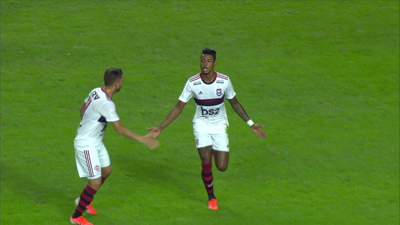 Gol do Flamengo! Bruno Henrique se livra da marcação e bate no canto
