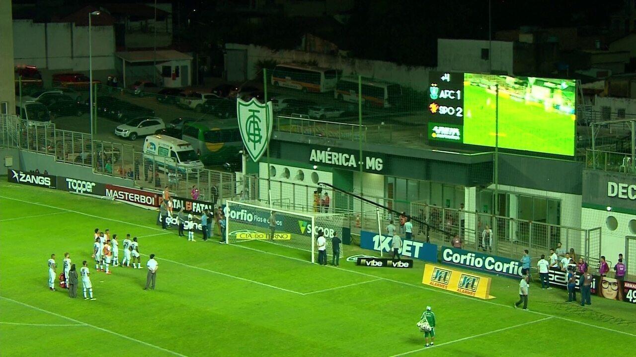 Jogadores do Sport assistem lances da vitória no telão ainda no gramado do Independência
