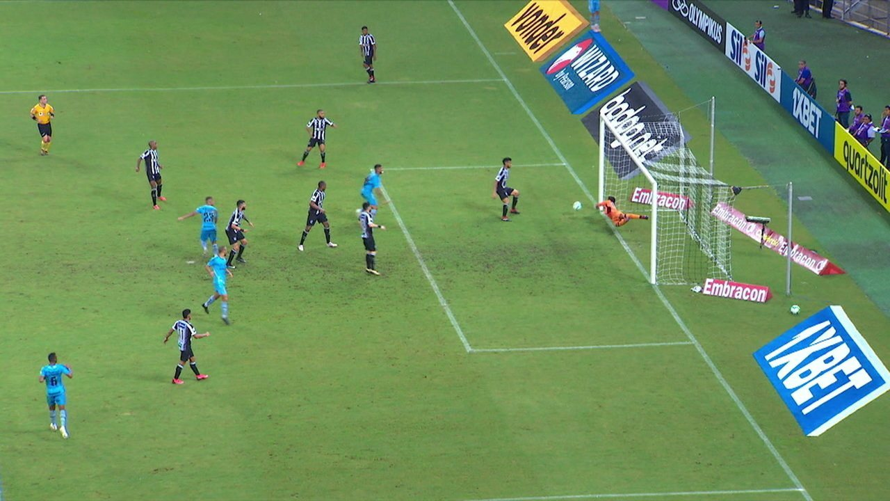 Alisson cabeceia a bola no canto, mas Diogo Silva defende, aos 19' do 2º tempo