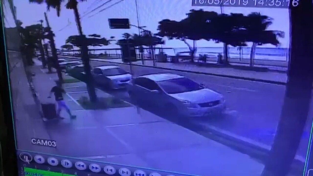 Imagens de câmeras de segurança mostram o momento em que dois dos ladrões saem no prédio
