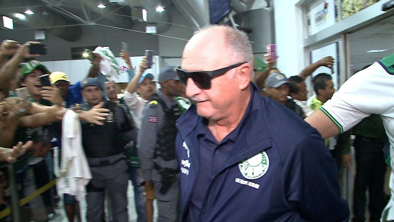 Palmeiras tem recepção calorosa de torcedores ao desembarcar em São Luís