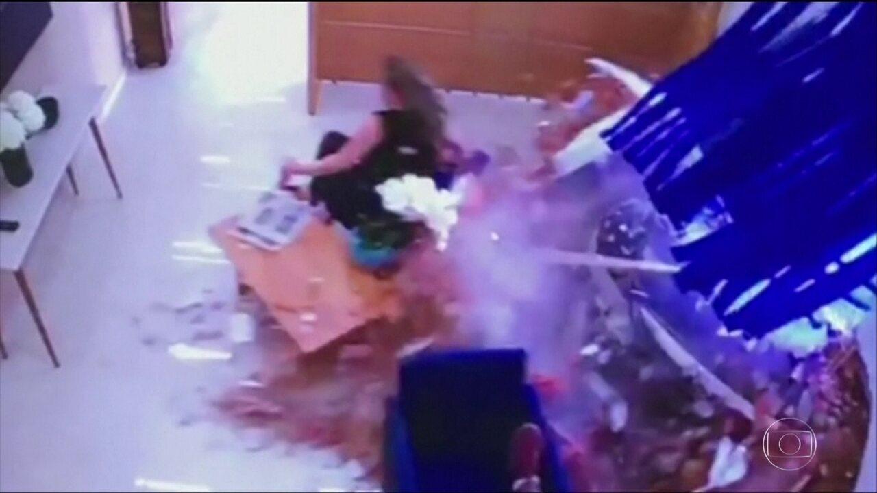 Carro desgovernado invade escritório e arrasta uma mulher