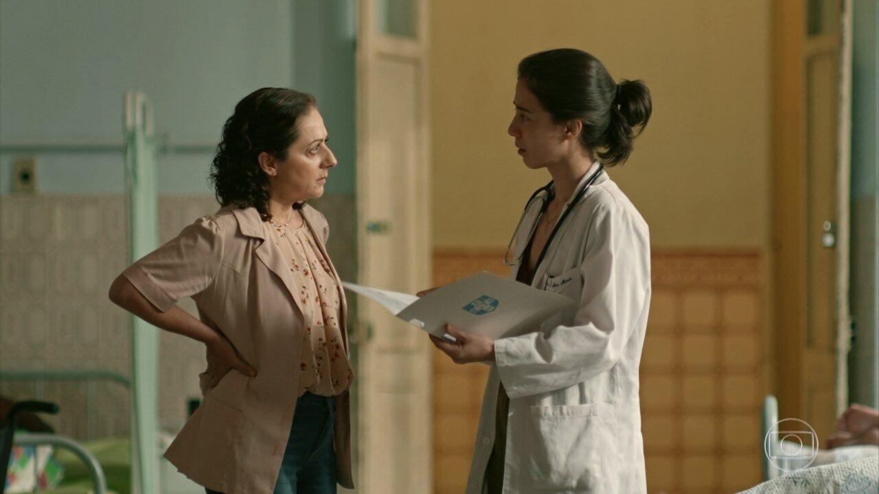 Carolina descobre que Célio não é o pai biológico de Érica