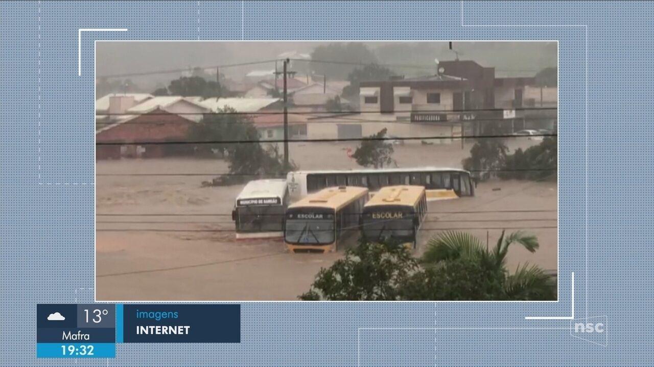Chuva em SC causa interdição na BR-101 e estragos em cidades