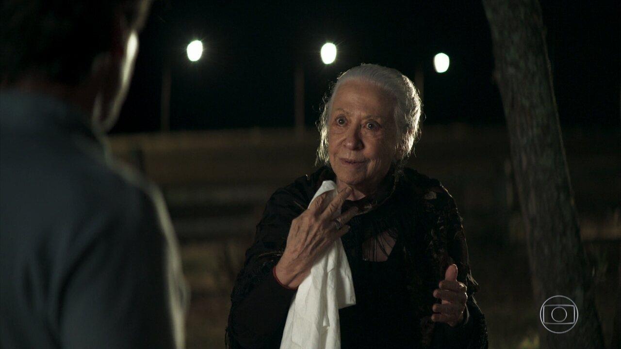 Dulce (Fernanda Montenegro) decide ir à casa dos Matheus para cobrar notícias sobre Zenaide e as netas
