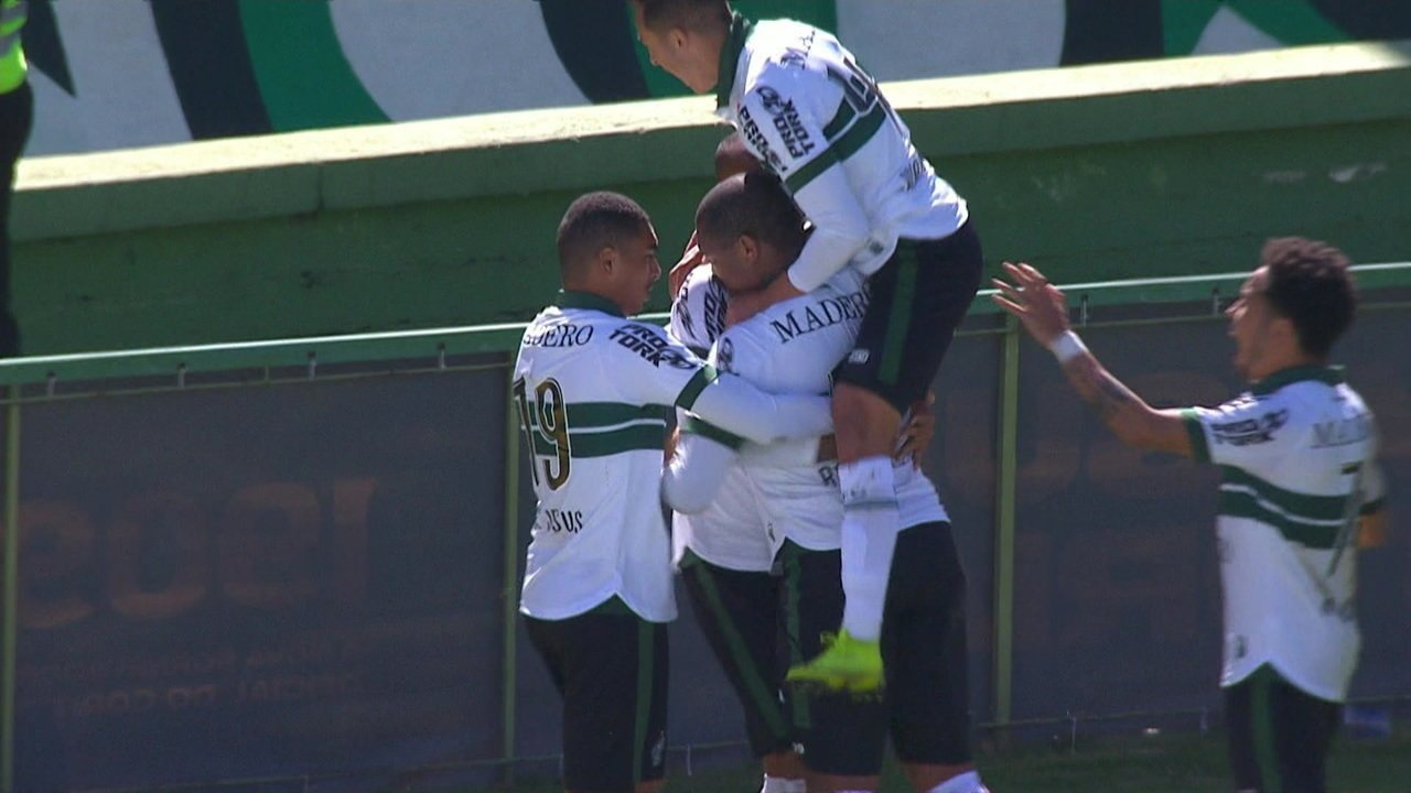 Gol do Coritiba! Após cobrança de falta, Rodrigão desvia de cabeça e marca, aos 35' do 2º Tempo