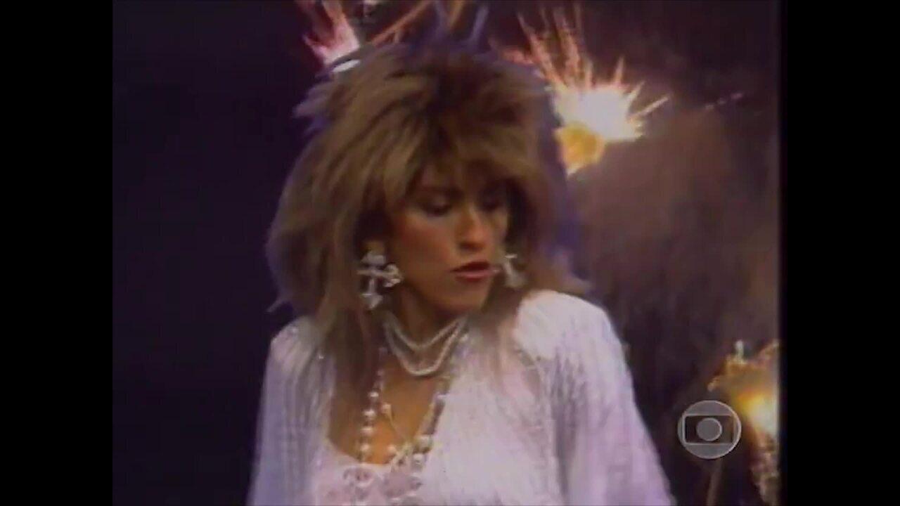 """Tina Pepper canta """"Você me incendeia"""""""