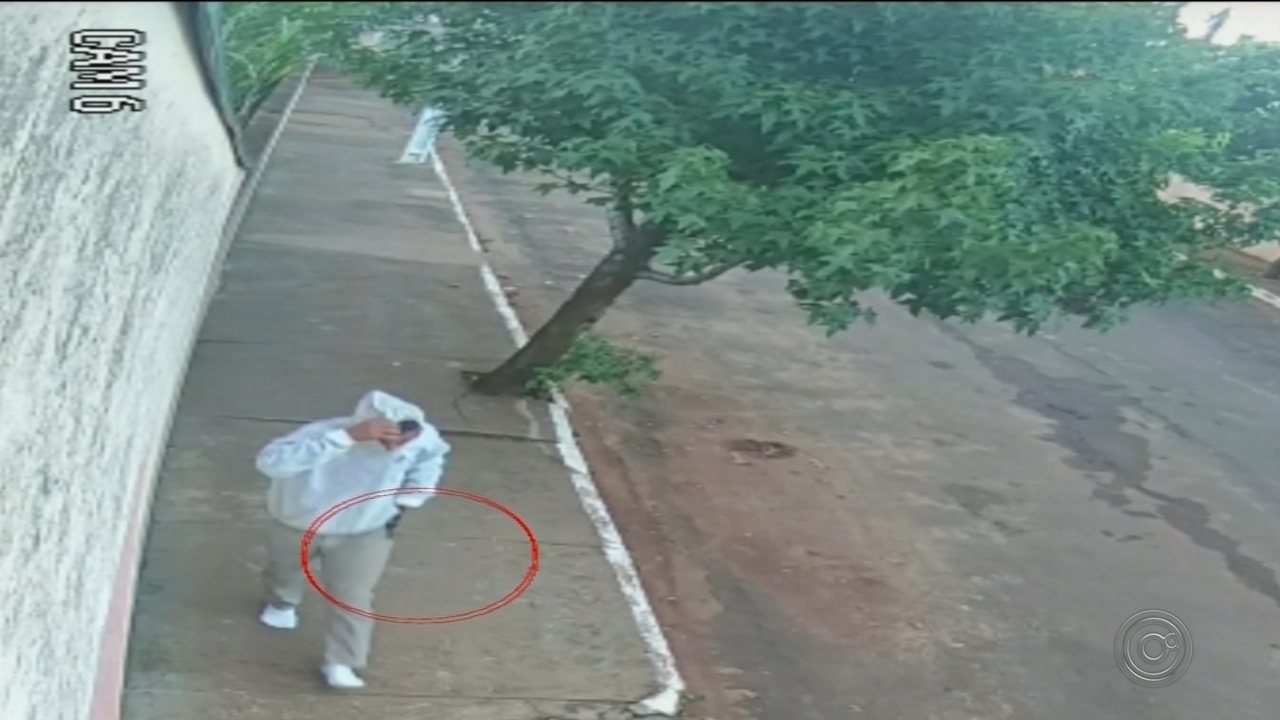 Um dos suspeito foi filmado por câmeras de segurança com um revólver na mão