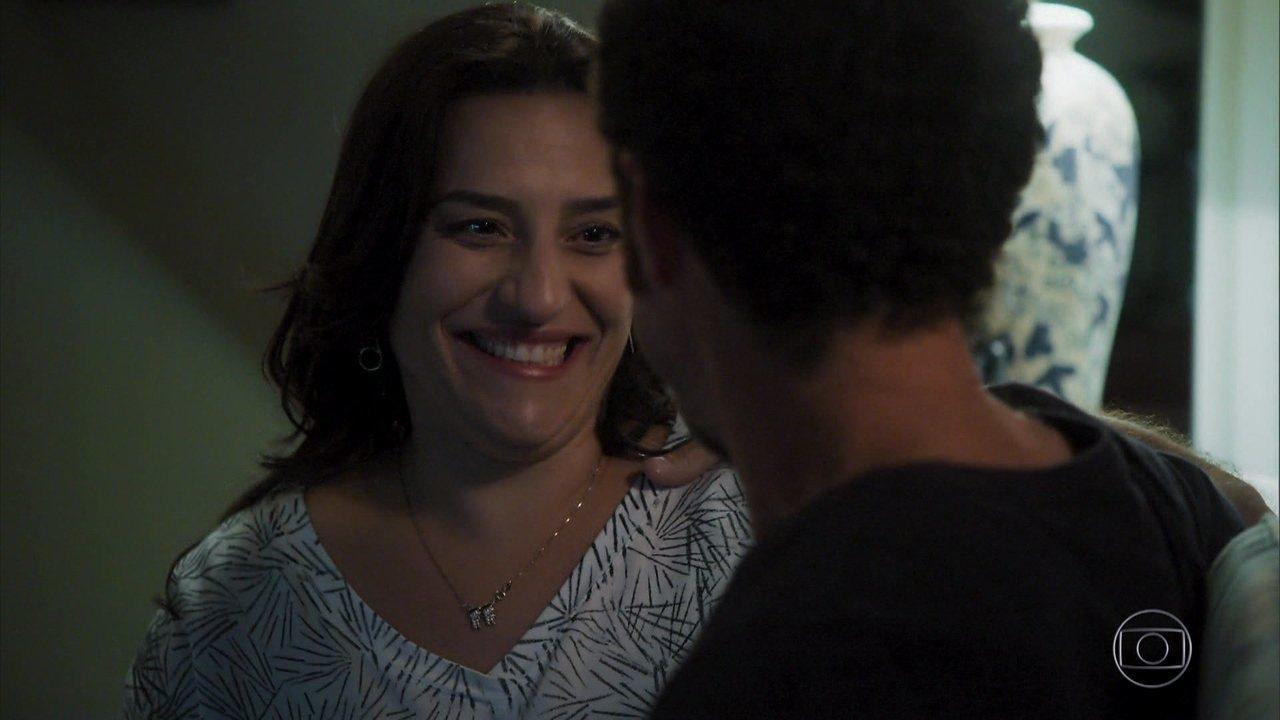 Aline diz a Caetano que deseja adotar uma menina