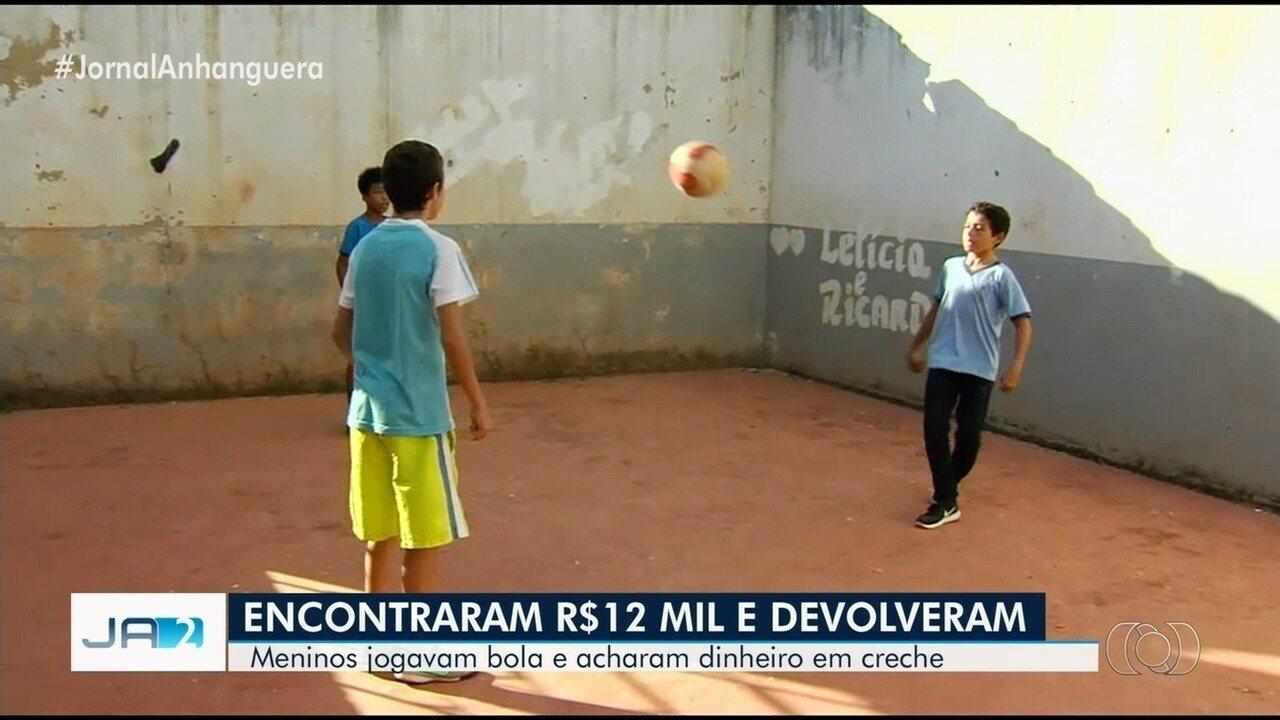 Meninos acham R$ 12 mil em prédio abandonado e entregam à polícia, em Santa Rosa de Goiás