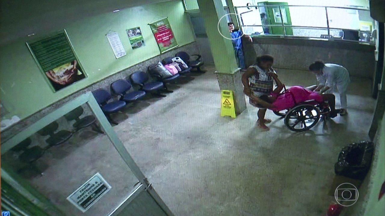 Grávida dà à luz em cadeira de rodas na entrada de hospital e médico filma tudo