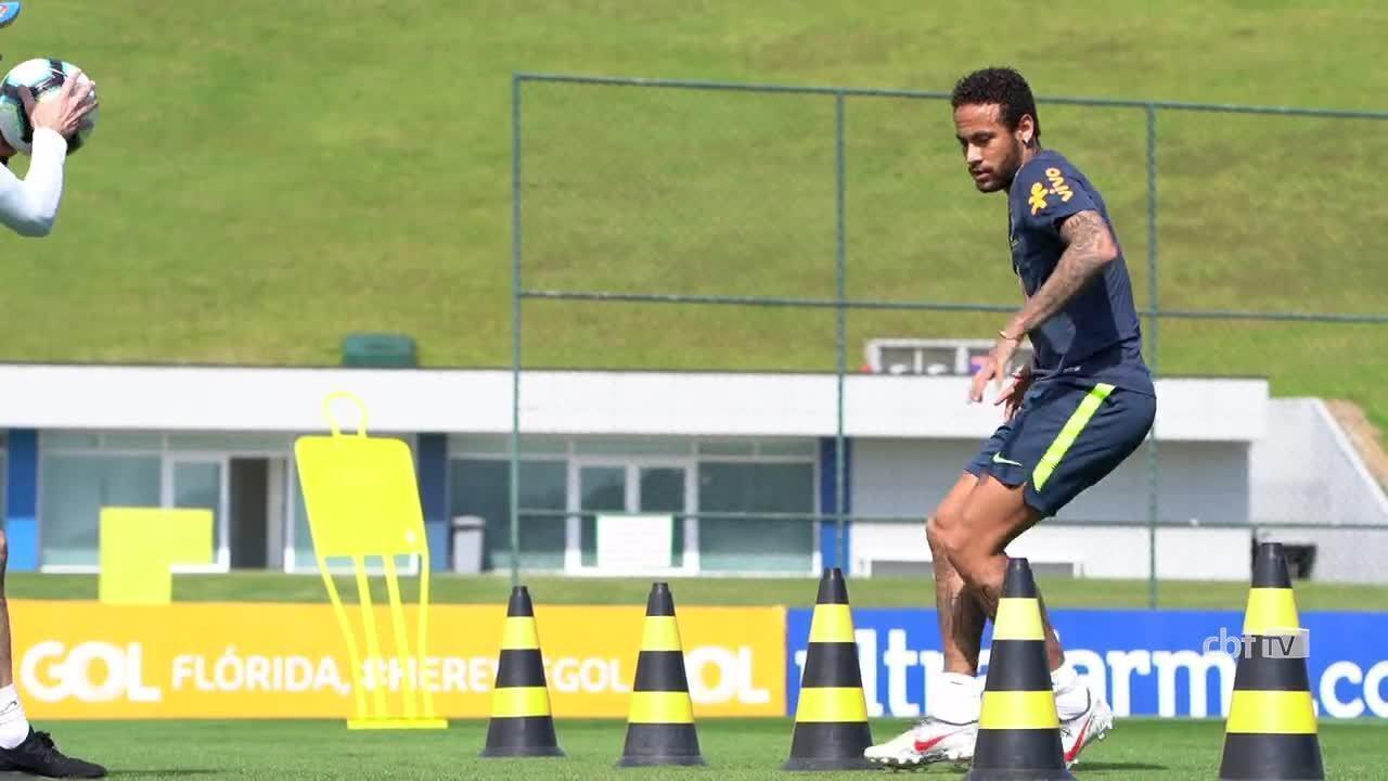 Neymar corre em volta do gramado e volta a treinar na Seleção Brasileira