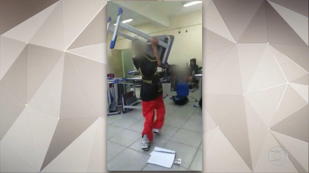 Em escola de SP, alunos gravam vídeo em que arremessam livros contra professora