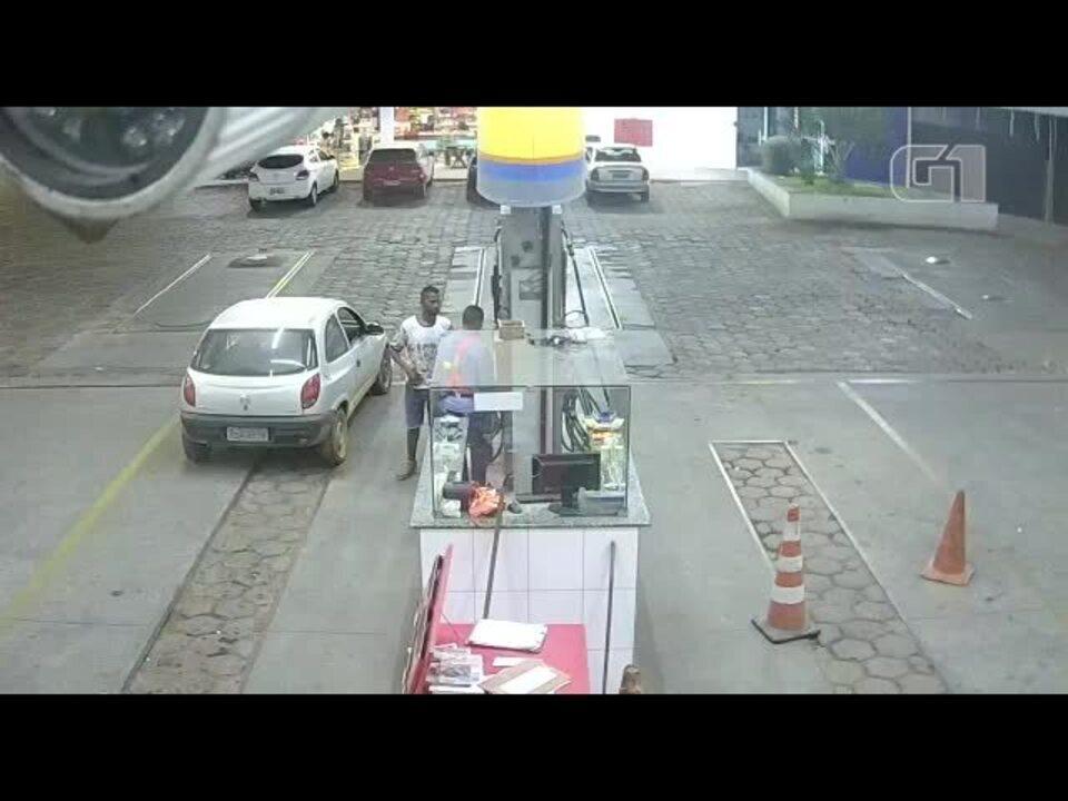 Homem foge à pé após assaltar posto de combustível