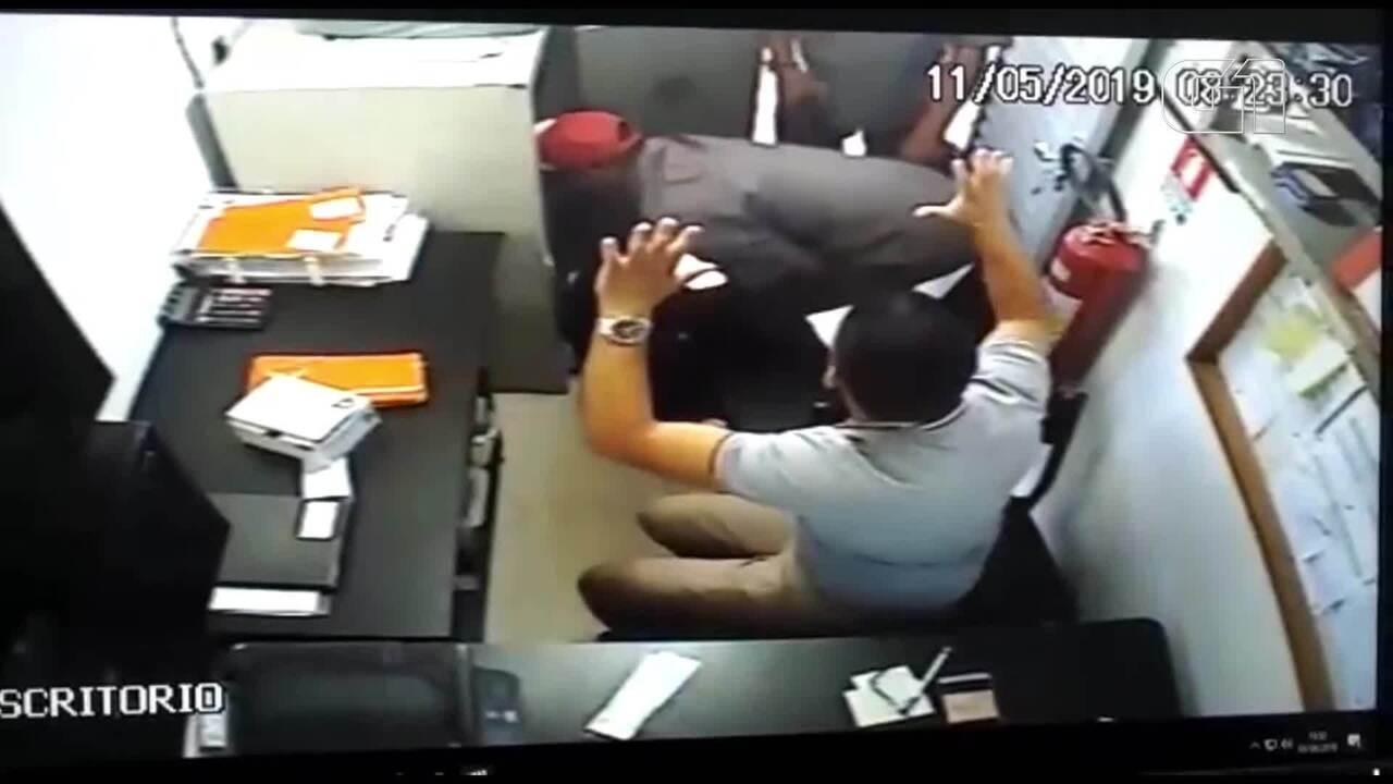 Três homens foram flagrados por câmeras de segurança de posto de gasolina na 202