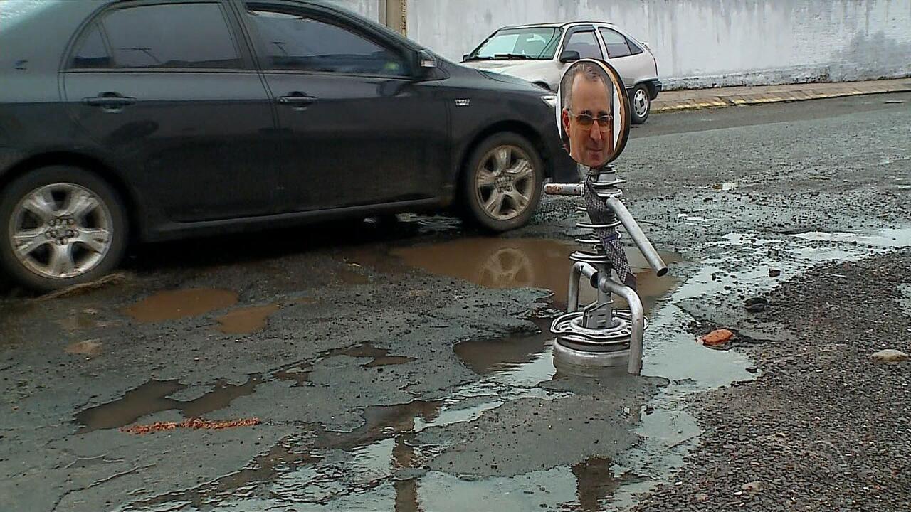 Boneco com rosto de prefeito chama atenção para buracos em Santa Maria