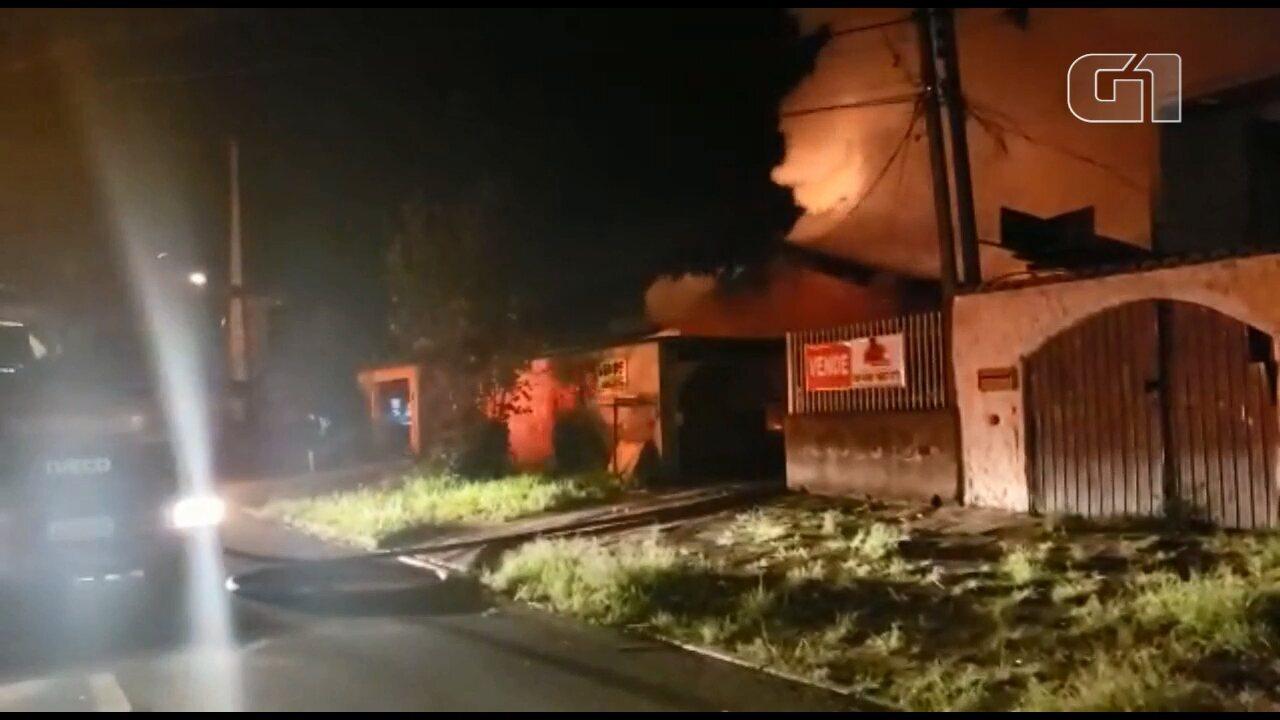 Criança morre e adolescente fica ferida em incêndio, em São José dos Pinhais