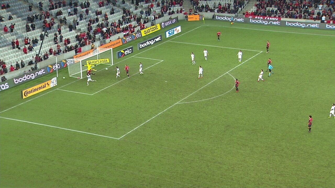 Bruno Guimarães cruza na área e Nikão manda de cabeça, mas Felipe Alves defende, aos 35' do 1º tempo