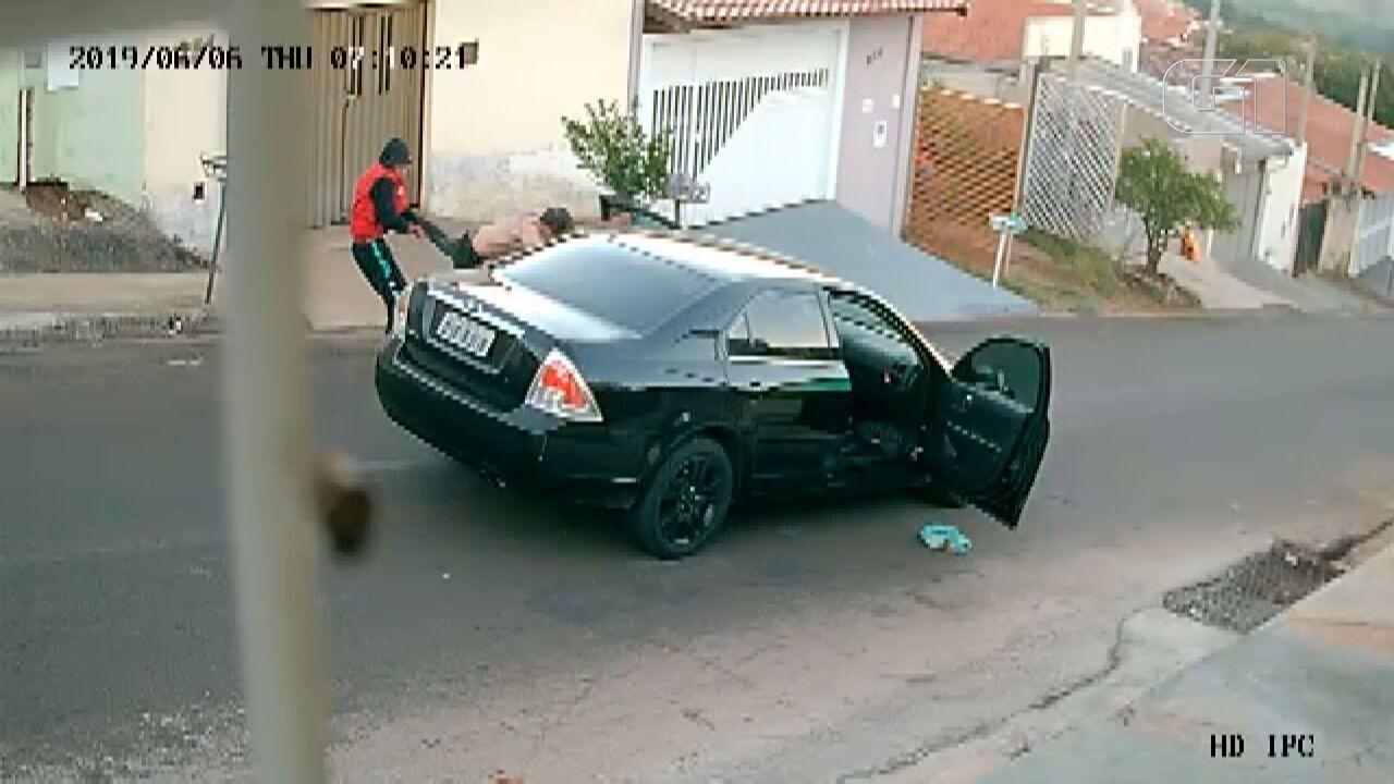 Dupla agride motorista e rouba carro em São Carlos