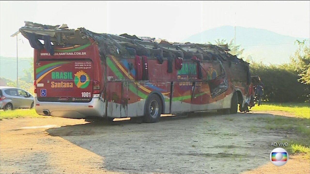Dez pessoas morrem em acidente com ônibus de turismo em rodovia de São Paulo