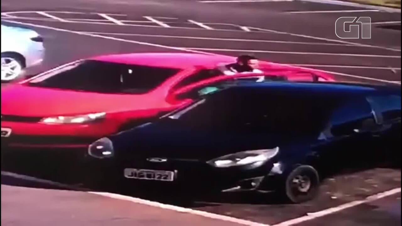 Câmeras de segurança registraram momento em que carro é roubado em um estacionamento, em frente a uma escola, em Taguatinga