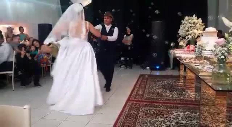 Casal dançou forró no lugar da valsa durante o casamento