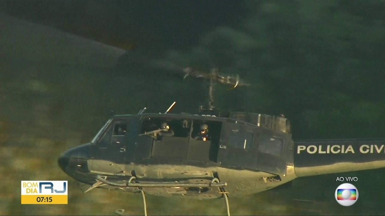 Policiais atiram do helicóptero contra traficantes na Cidade de Deus