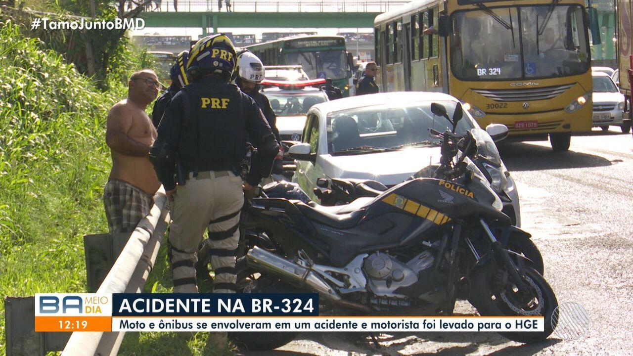 Batida entre ônibus e moto deixa condutor ferido na BR-324