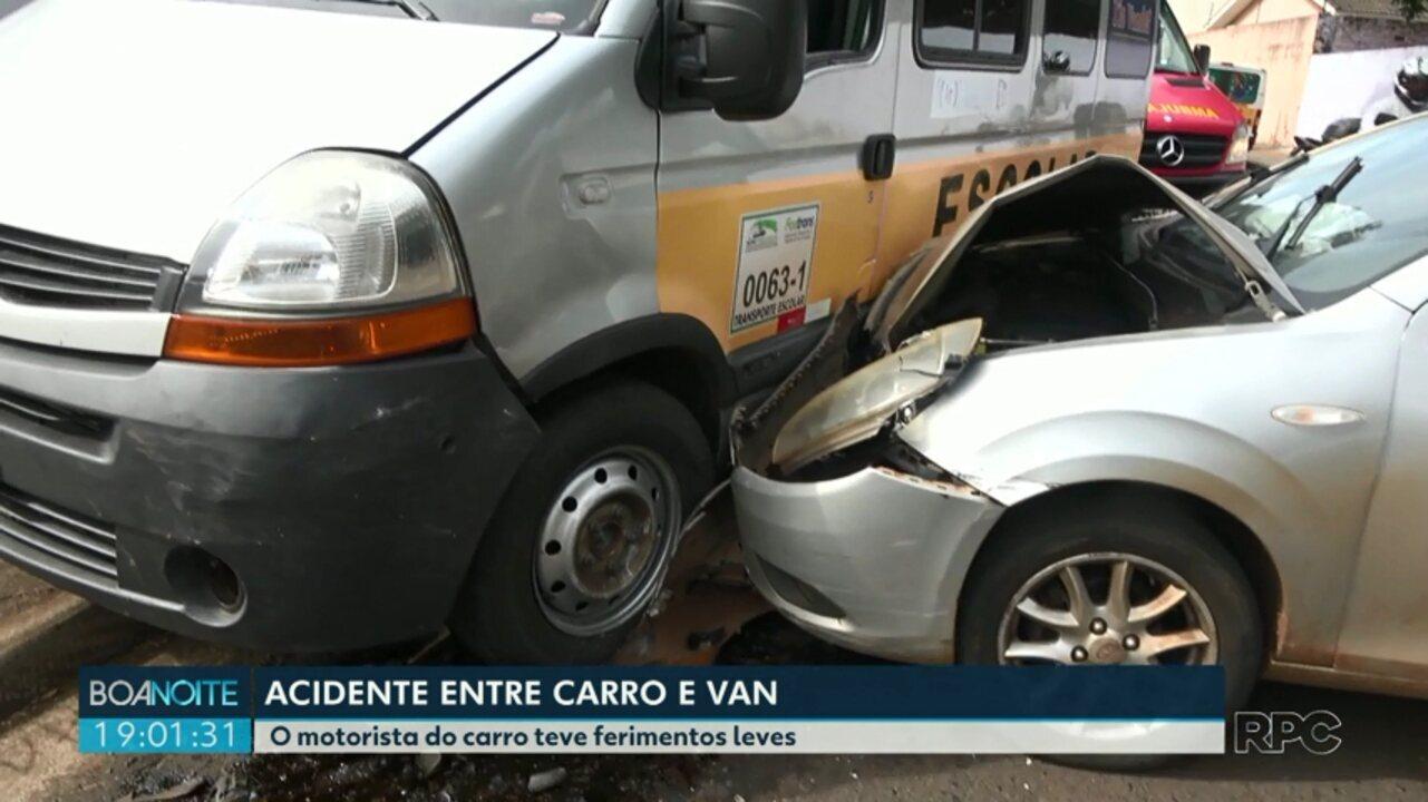 Acidente entre carro e van escolar em Foz do Iguaçu